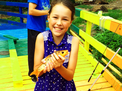 Майя Шакирова рыбачит на золотых рыбок на Калиновских разрезах